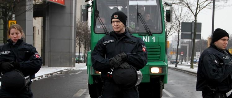 (Foto: [url=https://commons.wikimedia.org/wiki/File:Anti-Nazi-Demonstration_in_Dresden_2012-02-13_(09).jpg]Fraktion DIE LINKE. im Bundestag[/url] / Montage Matthias Rybczynski)