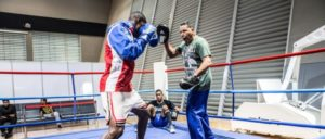 Julio Cesar la Cruz und sein Trainer in Doha, Katar. (Foto: [url=https://www.flickr.com/photos/aibaboxing/21750980600]Boxing AIBA / flickr.com[/url])