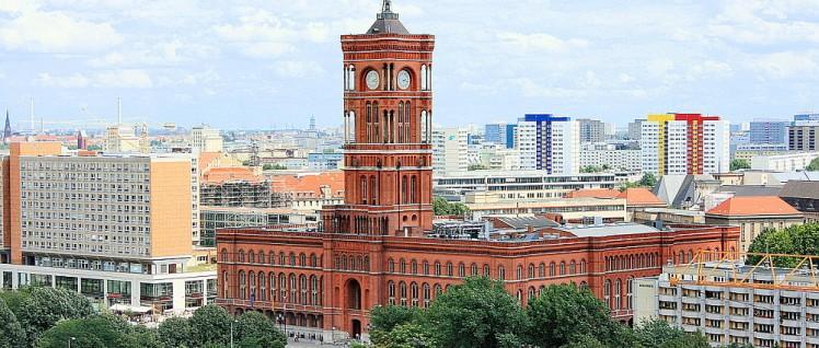 Das Rote Rathaus in Berlin, der Sitz des Senats. Rot sind Ziegel, aus denen es gebaut ist. (Foto: Olbertz/wikimedia.org/CC BY-SA 3.0)