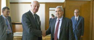 Staffan de Mistura (links), UNO-Gesandter für Syrien beim Treffen mit Riad Seif, Vorsitzender der Nationalen Syrischen Koalition in Genf. (Foto: UN Photo/Violaine Martin)