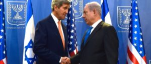 John Kerry beim Handschlag mit Benjamin Netanyahu in Tel Aviv am 23. Juli 2014,