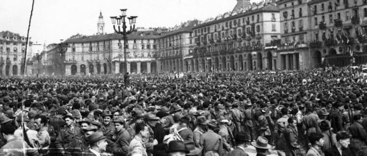 Turin am 6. Mai 1945: Parade anlässlich der Befreiung auf der Piazza Vittorio Veneto. Doch die Faschisten formierten sich breits neu … (Foto: Giorgio Agosti / wikimedia.org / CC BY-SA 2.5 IT)