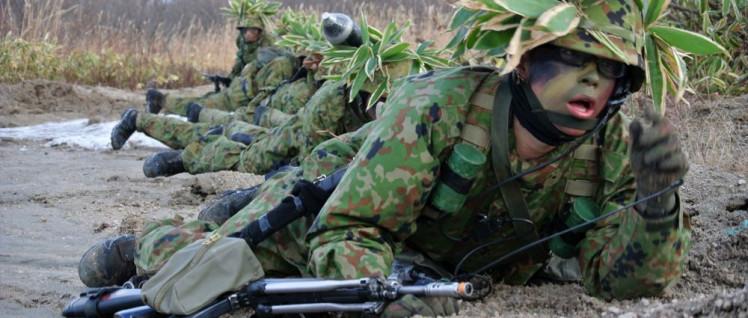 Angeblich nur für die Selbstverteidigung – japanische Soldaten bei einer Übung (Foto: [url=https://commons.wikimedia.org/wiki/File:1STU-SK-2_(%E7%B7%8F%E5%90%88%E8%A8%93%E7%B7%B4)_R_%E6%95%99%E8%82%B2%E8%A8%93%E7%B7%B4%E7%AD%89_81.jpg]Rikujojieitai Boueisho[/url])