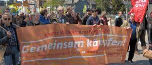 """""""Unsere Willkommenskultur heißt: 'Gemeinsam kämpfen'""""– mit dieser Ausrichtung beteiligt sich die DKP an lokalen Aktivitäten, hier beim Roten 1.Mai in Siegen. (Foto: Tom Brenner)"""