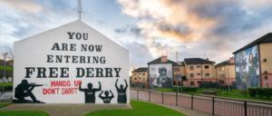 """""""Sie betreten jetzt das freie Derry!"""" An dieser Ecke der Bogside in Derry begann das Massaker vom """"Bloody Sunday"""". (Foto: [url=https://www.flickr.com/photos/giuseppemilo/15592849954]Giuseppe Milo[/url])"""