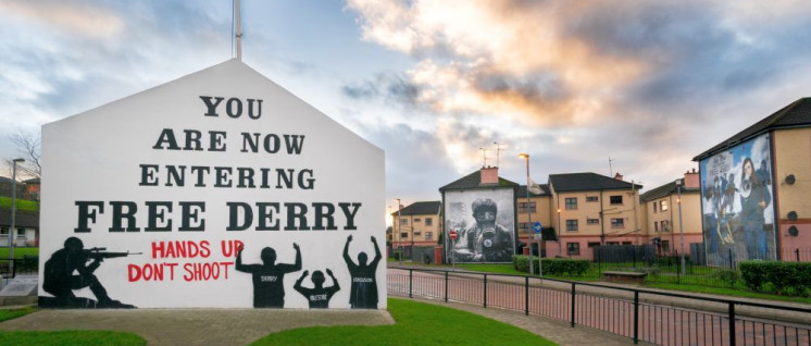 """Sie betreten jetzt das freie Derry!"" An dieser Ecke der Bogside in Derry begann das Massaker vom ""Bloody Sunday"". (Foto: [url=https://www.flickr.com/photos/giuseppemilo/15592849954]Giuseppe Milo[/url])"