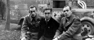 Richard Staimer (links), zu dieser Zeit Kommandeur der XI. Internationalen Brigade, in der Mitte der sowjetische Journalist und Berichterstatter über den Spanischen Krieg Michail Kolzow und rechts Hans Kahle (1936/37) (Foto: Unbekannt/ public domain)