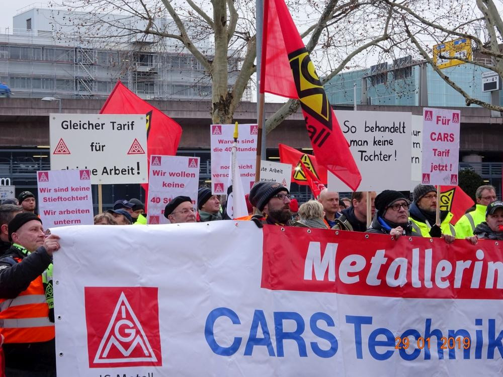 Faxen dick: Kolleginnen und Kollegen der Daimler-Tochter CARS rückten den Bossen auf die Pelle.