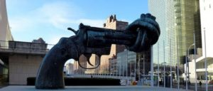 Ohnmächtiges UN-Symbol? (Foto: [url=https://commons.wikimedia.org/wiki/File:Non-Violence_sculpture_in_front_of_UN_headquarters_NY.JPG]ZhengZhou[/url])