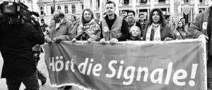 Bei der Maidemonstration der SPÖ in Wien: Die Parteibasis sandte Signale an Bundeskanzler Faymann und pfiff ihn aus. (Foto: SPÖ Presse und Kommunikation/flickr.com/CC BY-SA 2.0/ www.flickr.com/photos/sozialdemokratie/26674821142/)