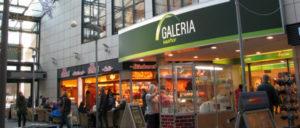 Hinter den glänzenden Fassaden der Einzelhandelskonzerne verbergen sich häufig prekäre Arbeitsplätze. (Foto: [url=https://commons.wikimedia.org/wiki/File:AC_Galeria_Kaufhof.jpg]ACBahn[/url])