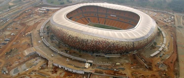 """""""Soccer City"""" WM-Stadion in Johannesburg (im Bau, aufgenommen 2009). (Foto: [url=https://www.flickr.com/photos/24062795@N07/4025114303]shanediaz120[/url])"""