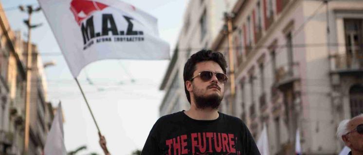 Solidarität organisieren: Ein Aktivist der Kämpferischen Studierendenfront MAS bei einer Demonstration von PAME. (Foto: PAME)