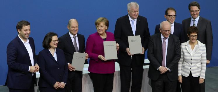 Nach der Unterzeichnung des Koalitionsvertrages (Foto: [url=https://de.wikipedia.org/wiki/Kabinett_Merkel_IV#/media/File:2018-03-12_Unterzeichnung_des_Koalitionsvertrages_der_19._Wahlperiode_des_Bundestages_by_Sandro_Halank%E2%80%93001.jpg]Sandro Halank[/url])