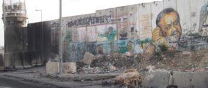 Am Checkpoint. Brandspuren und Graffiti sind Zeugnisse des Protests der palästinensischen Jugend. (Foto: Günter Pohl)