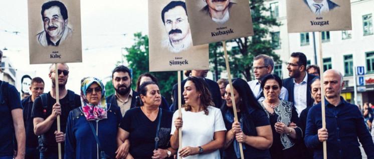 Angehörige der Opfer des NSU-Terrors laufen am Kopf der Demonstration. (Foto: nsuprozess.net)