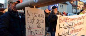 Auf die Finger schauen: Bei der Demonstration gegen die Getex-Übung in Stuttgart.  (Foto: RdS)