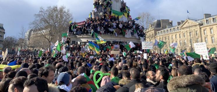 Algerier protestieren in Paris gegen Bouteflika und seine Politik. Der EU und Frankreich wäre es lieber, wenn in Algerien alles beim Alten bliebe. (Foto: [url=https://commons.wikimedia.org/wiki/File:Anti-Bouteflika_Paris_2019.jpg]Cheep[/url])