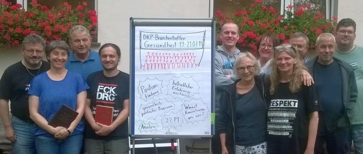 """Gruppenfoto: Einige Teilnehmerinnen und Teilnehmer des """"Branchentreffen Gesundheit"""" vor dem Naturfreundehaus in Solingen (Foto: UZ-Archiv)"""