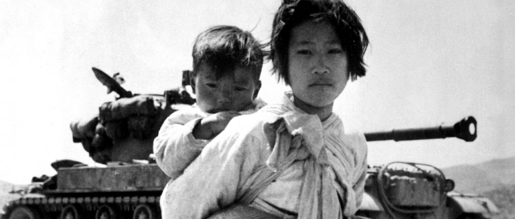 Kriegsflüchtlinge 1951: Koreanisches Mädchen mit seinem Bruder (Foto: [url=https://commons.wikimedia.org/wiki/File:KoreanWarRefugeeWithBaby.jpg?]Maj. R.V. Spencer, US Navy[/url])