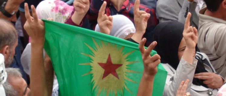 """""""Die Hoffnung auf Frieden ist stärker"""": Bei einer Demonstration gegen die Angriffe der Armee in der kurdischen Stadt Silvan, Oktober 2015. (Foto: Olaf Matthes)"""