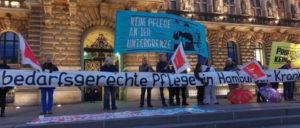 Am 5.  November protestierten fast 300 Menschen vor dem Rathaus gegen das Vorgehen des Senats, den Gesetzesvorschlag gerichtlich überprüfen zu lassen. (Foto: pflegenotstand-hamburg.de)