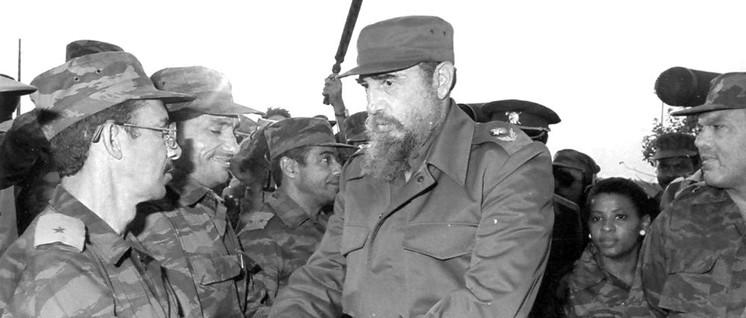 Fidel Castro mit kubanischen Internationalisten in Angola 1996 (Foto: www.fidelcastro.cu)