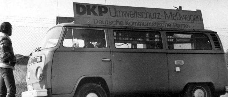 """Seit langem aktiv gegen Umweltzerstörung: """"Umweltschutz-Messwagen"""" der DKP am Zaun des Frankfurter Flughafens. Dort beteiligten sich die Kommunisten in den 1980ern am Kampf gegen die geplante """"Startbahn West"""". (Foto: DKP Mörfelden)"""