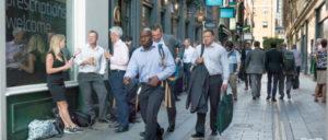 Müssen im schlimmsten Falle umziehen: Anzugträger in der City of London (Foto: [url=https://www.flickr.com/photos/casamatita/36073929292]Dave Collier[/url])