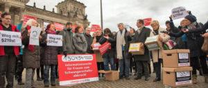 Mitglieder des Bundestages demonstrieren vor dem Reichstag. (Foto: [url=https://www.flickr.com/photos/gruene-bundestag/27252732239]Bundestagsfraktion Bündnis 90/Die Grünen[/url])