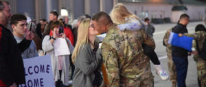 """Welcome home– US-amerikanischer Soldat wird nach einem Einsatz in Syrien im November 2018 zu Hause begrüßt. Dass sämtliche Truppen innerhalb weniger Wochen aus Syrien abgezogen werden, gehört wohl eher ins Reich der """"Fake News"""". (Foto: [url=https://www.flickr.com/photos/thenationalguard/46088975211]The National Guard[/url])"""