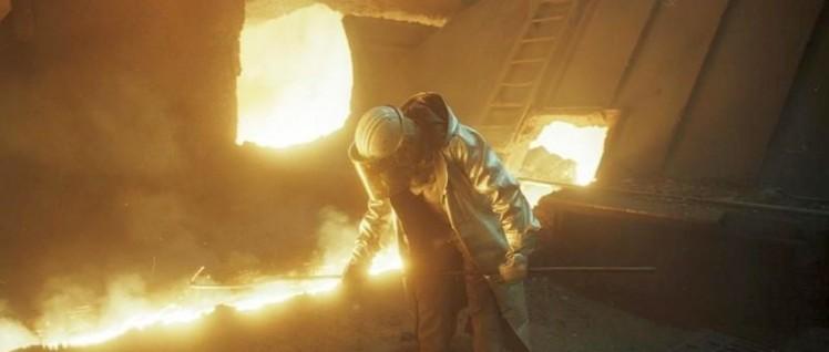 Rund um die Uhr: Schwerstarbeit am Hochofen im Thyssen-Stahlwerk in Duisburg. (Foto: Bundesarchiv_B_145_Bild-F079044-0020)