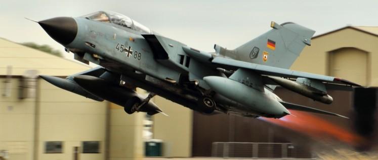 """Der Plan der Bundesregierung sieht vor, dass sich die Bundeswehr unter anderem mit """"Tornado""""-Aufklärungsflugzeugen und einem Kriegsschiff am Kampf gegen den IS beteiligt. (Foto: Airwolfhound/flickr/CC BY-ND 2.0)"""