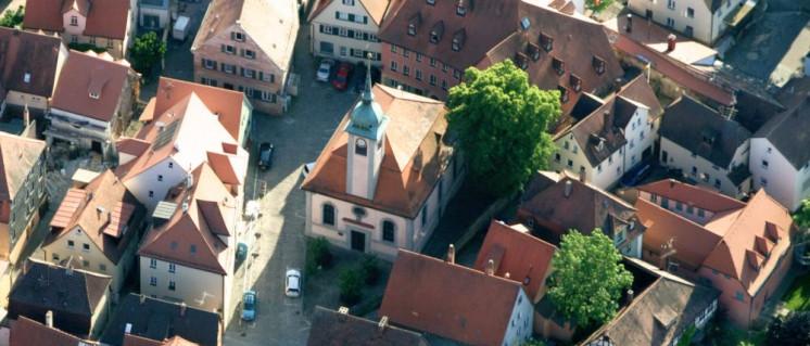 Die Erhöhung der Grundsteuer B trifft vor allem Mieter und Hausbeitzer, selbst im idyllischen Schwabach in Franken. (Foto: [url=/https://de.wikipedia.org/wiki/Franzosenkirche_(Schwabach)#/media/File:Franzosenkirche_Schwabach.jpg]Myratz[/url])