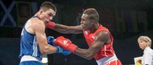 Der Kubaner Julio César La Cruz schlägt im WM-Finale den Irländer Joe Ward. (Foto: [url=https://www.flickr.com/photos/aibaboxing/36870023445] Boxing AIBA[/url])