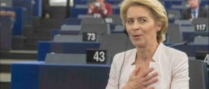 Erleichtert: Es hat gereicht. Von der Leyen nach ihrer Wahl zur Kommis­sionspräsidentin (Foto: [url=https://www.flickr.com/photos/european_parliament/48300816421/in/album-72157709681337212/]Europäisches Parlament / flickr.com[/url])