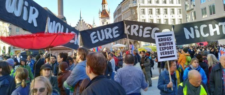 Kriegsgegner versammeln sich zur Abschlusskundgebung am Marienplatz. (Foto: Christoph Hentschel)