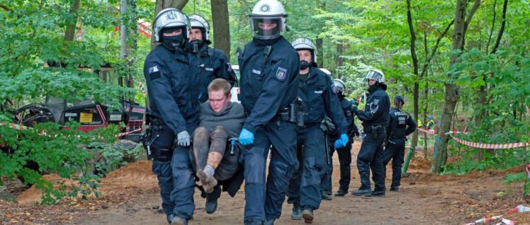 Polizisten räumen den Hambacher Forst auf. (Foto: Hubert Perschke/r-mediabase.eu)