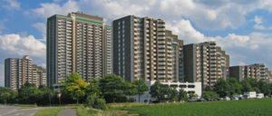 """Der Hochhauskomplex """"Auf dem Kölnberg"""" im Kölner Stadtteil Meschenich wurde seit 2010 Stück für Stück von zwei Großinvestoren aufgekauft. (Foto: [url=https://de.wikipedia.org/wiki/Meschenich#/media/File:Meschenich-koelnberg.jpg]A.Savin[/url])"""