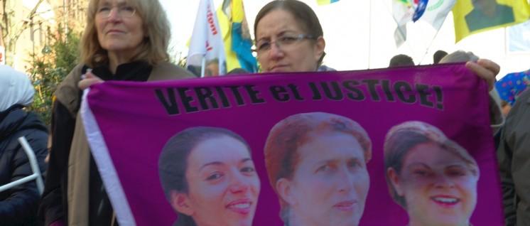 Bei Soli-Aktionen für Kurdistan sind die drei ermordeten Frauen präsent. (Foto: r-mediabase.eu)