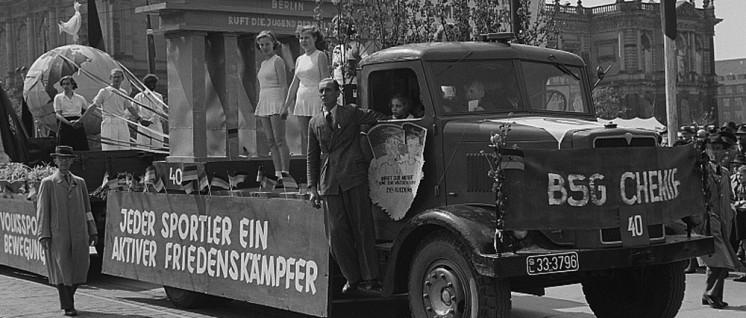 Sportler der Betriebssportgemeinschaft Chemie mit ihrem Themenwagen auf der Demonstration am 1.Mai 1951 in Leipzig. (Foto: Deutsche Fotothek)