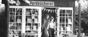 Berlin 1979: Wer wegen des schlechten Wetters nicht in Freibad Pankow gehen kann, sollte vielleicht einmal der Bücherei im Pankower Bürgerpark einen Besuch abstatten. Die Auswahl an Büchern ist gut. Stühle stehen gleich nebenan im Grünen zur Verfügung. (Foto: Bundesarchiv, Bild 183-U0721-0007 / CC-BY-SA 3.0)