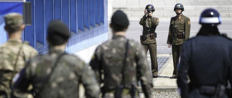 US-amerikanische Soldaten stehen an der Grenze zwischen Süd- und Nordkorea bei einem Besuch Rex Tillersons nordkoreanischen Soldaten gegenüber (Foto: U.S. Army photo by SFC Sean K. Harp)