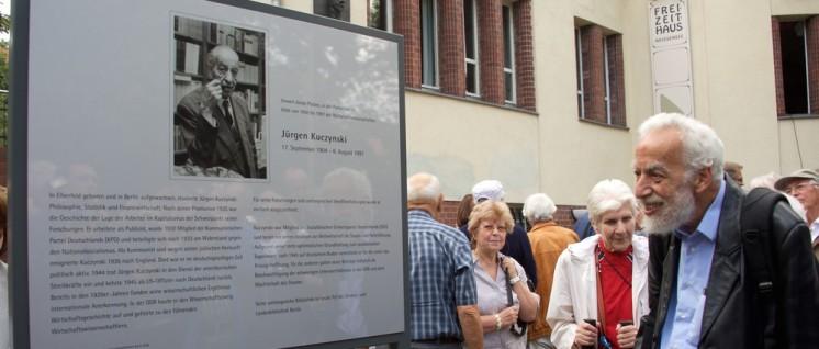 Bei der Ehrung, rechts im Bild der Sohn des Geehrten, Thomas Kuczynski.  (Foto: Gabriele Senft)