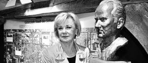 Liz Mohn mit Büste ihres verstorbenen Mannes Reinhard Mohn im Gütersloher Stadtmuseum (Foto: Bertelsmann/Thomas Kunsch, 2010)