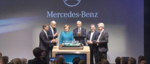 Daimler hat die Kanzlerin lieb: An der Grundsteinlegung für eine der größten und modernsten Batteriefabriken der Welt ist mit ihr die Bundesregierung beteiligt. (Foto: © 2017 Daimler AG)