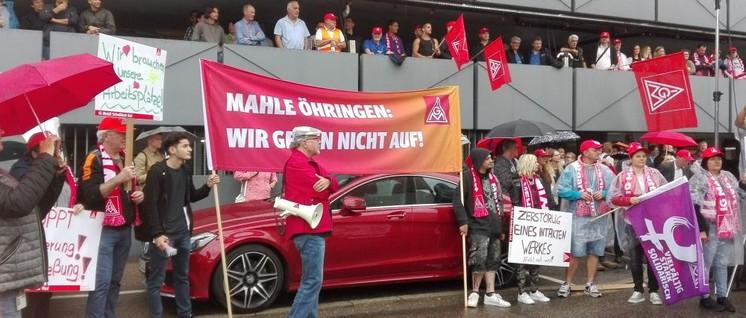 Hunderte Kolleginnen und Kollegen wehrten sich am 12.Juli gegen Entlassungen bei Mahle. (Foto: Christa Hourani)