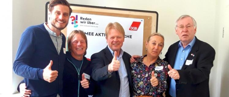 Der DGB-Bundesvorsitzende Reiner Hoffmann (Mitte) und der Dülmener DGB-Vorsitzende Ortwin Bickhove-Swiderski (rechts) feierten am Samstag im Kreise von Kolleginnen und Kollegen den Urteilsspruch in der Düsseldorfer DGB-Zentrale. (Foto: DGB NRW)