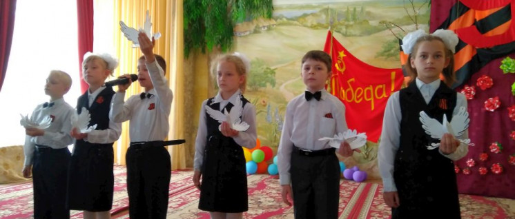 Kinder des Internats Nr. 1 in Donezk bei einer kleinen Konzertaufführung (Foto: Stanislaw Retinskij)