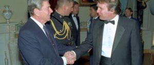 US-Präsident Ronald Reagan begrüßt Donald Trump bei einem Empfang im Weißen Haus (1987) (Foto: White House photographer/public domain)